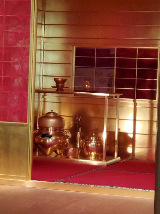 金の茶室アップ