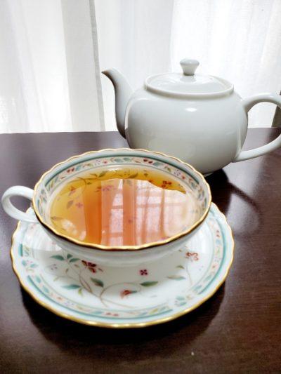 ゴレアナ茶飲む