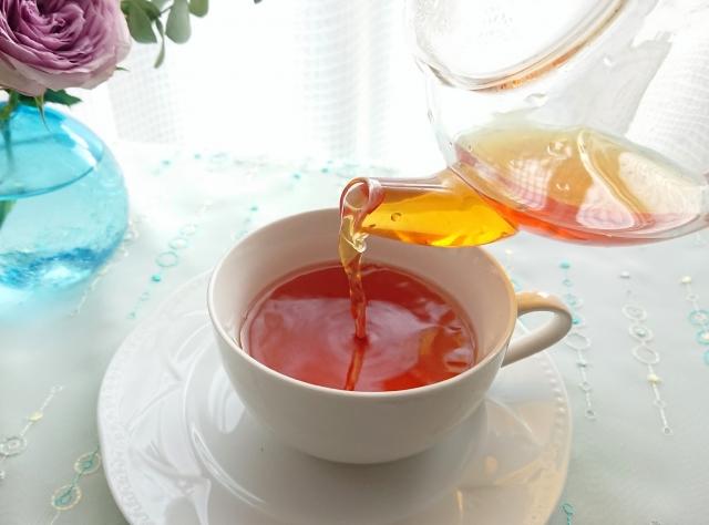紅茶注ぎ中