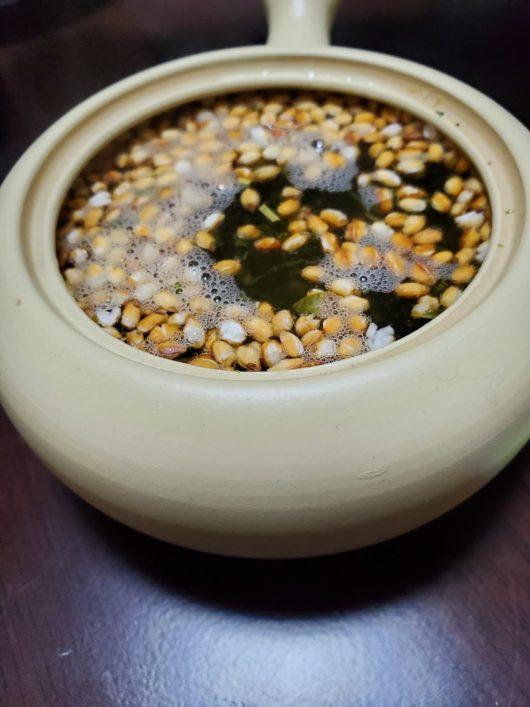 玄米茶にお湯注ぐ